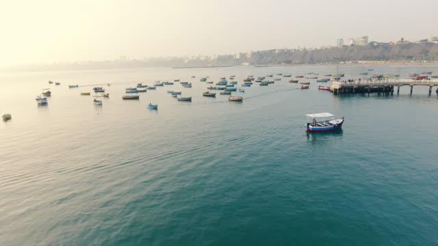niedriger drohnenschuss von fischerbooten in lima, peru - peru stock-videos und b-roll-filmmaterial
