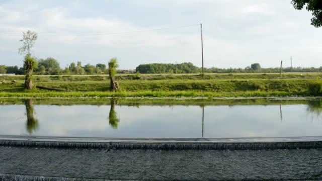 bir nehir ve güzel şelale üzerinde düşük uçuş - sale stok videoları ve detay görüntü çekimi