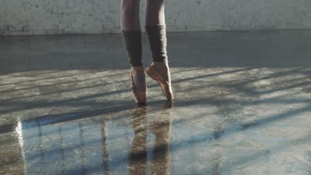 låg sektion av ballerina spinning på golvet - på tå bildbanksvideor och videomaterial från bakom kulisserna