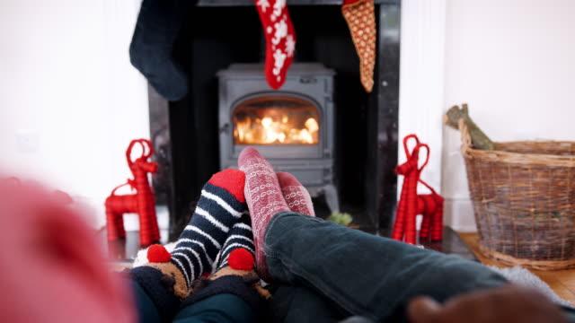 geringen teil der paar socken weihnachten entspannende kamin, detail - weihnachtsstrumpf stock-videos und b-roll-filmmaterial