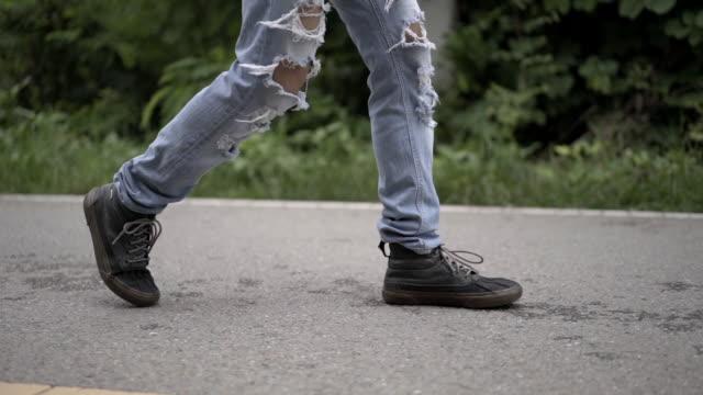 ファッションストレートスリムパンツダメージホールデニムジーンズリッピングスキニートラウザーズウォーキングでアジアの男性の低セクションビュー - ステップ点の映像素材/bロール