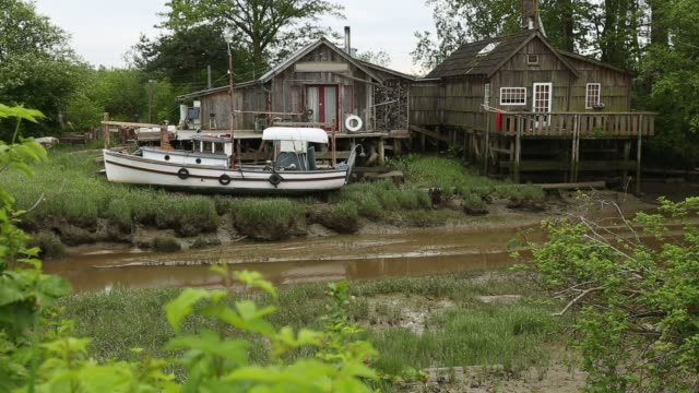 Low Tide, Finn Slough, Richmond Low tide in the quaint and historic fishing settlement of Finn Slough on the banks of the Fraser River near Steveston in Richmond, British Columbia, Canada. fraser river stock videos & royalty-free footage