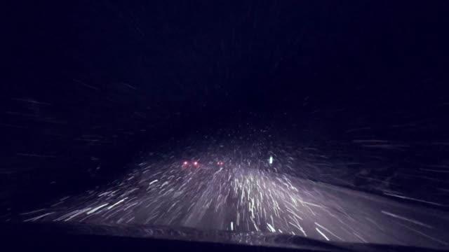 stockvideo's en b-roll-footage met lage zichtbaarheid rijden door de sneeuw storm - mist donker auto