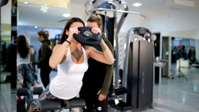 vídeos de stock, filmes e b-roll de inferiores traseiras abdominais funcionou - personal trainer