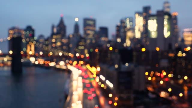 vídeos de stock, filmes e b-roll de lower manhattan - linha do horizonte no centro da cidade de nova york ao entardecer - desfocado foco