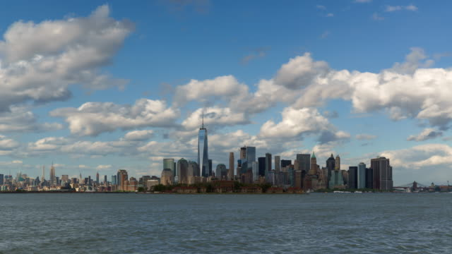 Lower Manhattan Financial District skyscrapers and clouds, New York City - vídeo