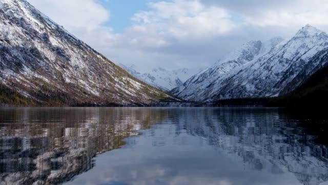 アルタイ山脈の低い Multinskoe 湖 ビデオ