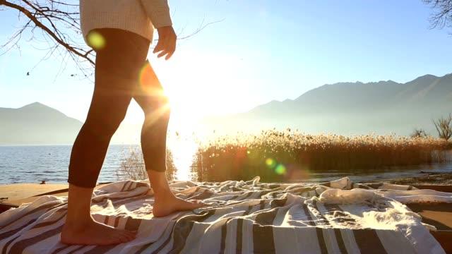 vídeos de stock e filmes b-roll de lower section of woman standing on boat above lake - margem do lago