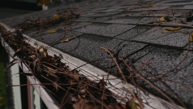 sänkning från tak bältros till igensatt rännstenen - yttertak bildbanksvideor och videomaterial från bakom kulisserna