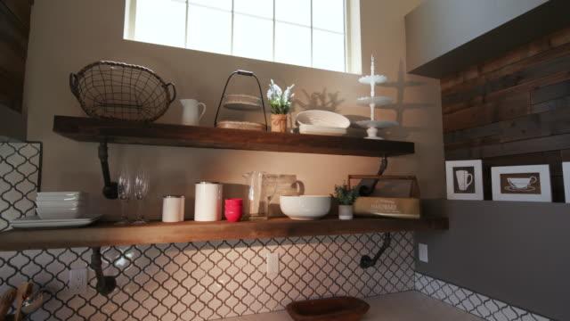 vídeos de stock, filmes e b-roll de baixar canto de cozinha moderna com lens flare - louça