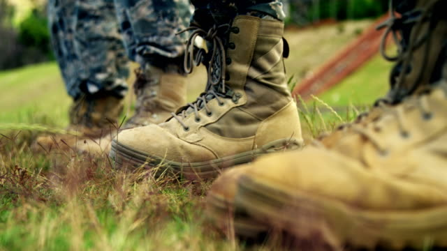 vídeos de stock e filmes b-roll de low-section of military soldiers standing in line 4k - bota