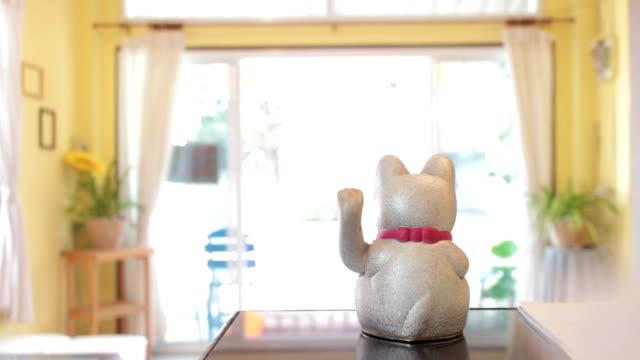 vídeos y material grabado en eventos de stock de suerte encanto gato - prosperidad