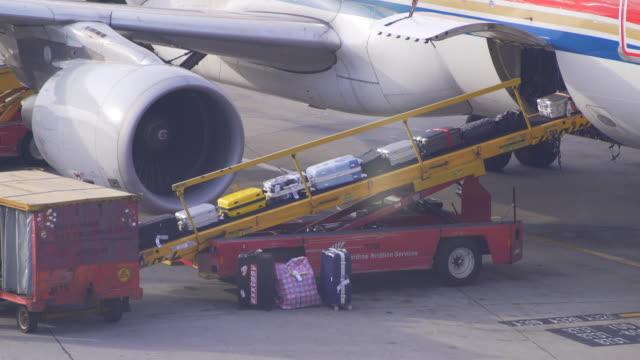 stockvideo's en b-roll-footage met bagage in vliegtuig - schiphol