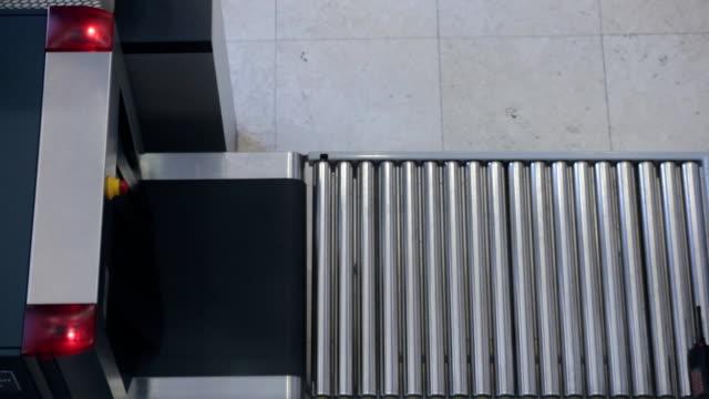 vídeos y material grabado en eventos de stock de equipaje de selección de dispositivo de rayos x en lugar de - escáner plano