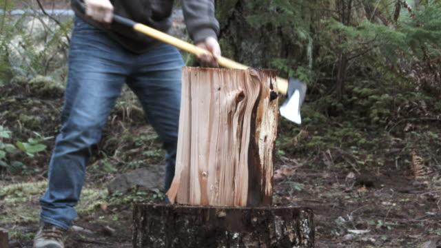 oduncu doğrama ateşi odun yavaş hareket - şömine odunu stok videoları ve detay görüntü çekimi