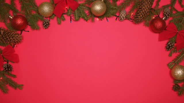 stockvideo's en b-roll-footage met lichtgevende slingers mousserende op kerstmis achtergrond - kaderrand