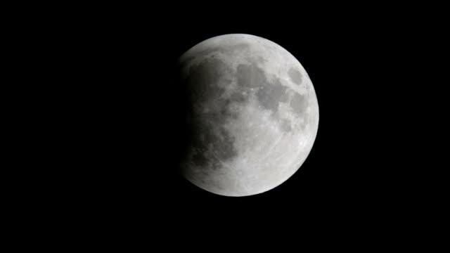 vidéos et rushes de lunar eclipse de lune - vue partielle