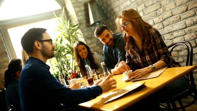 Mittagspause in einem feinen restaurant – Video