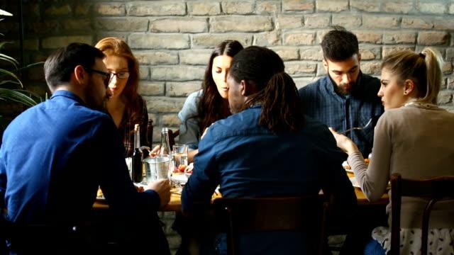 lunchrast på en fin restaurang - fritidskläder bildbanksvideor och videomaterial från bakom kulisserna