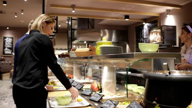 vídeos de stock e filmes b-roll de lunch in canteen, handheld shot - cantina