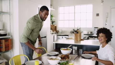 vidéos et rushes de le déjeuner est servi ! - manger