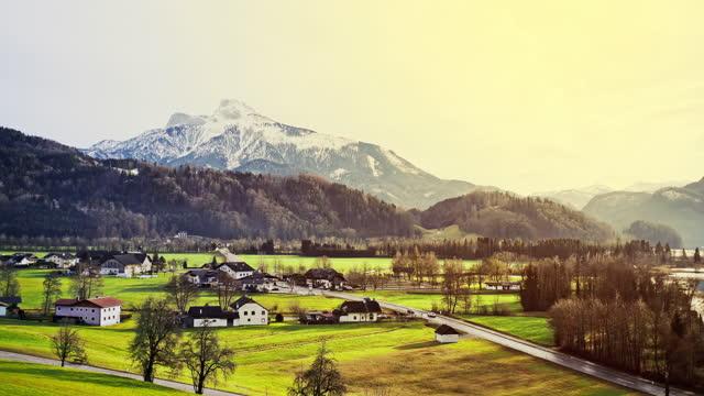 黄金の輝きを持つ緑豊かな高山風景 - チェコ共和国点の映像素材/bロール