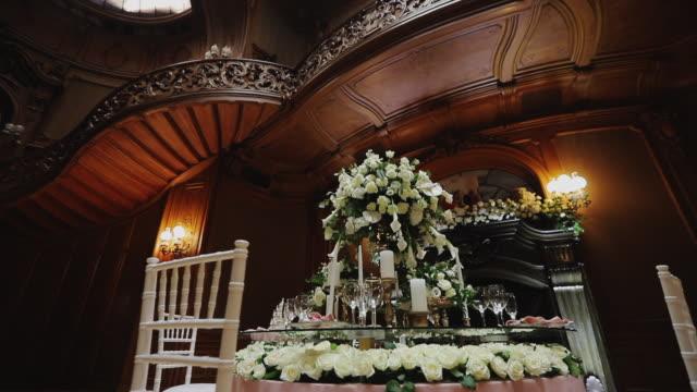 아름다운 성에 호화로운 축제 테이블이 놓여 있습니다. - 성 건축물 스톡 비디오 및 b-롤 화면