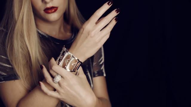 luxurious girl and gold jewelry. - браслет стоковые видео и кадры b-roll