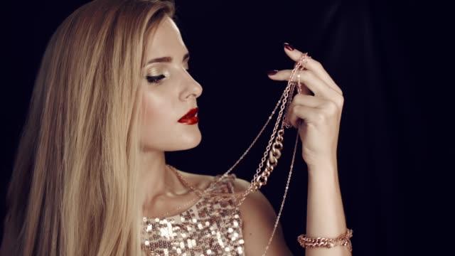 stockvideo's en b-roll-footage met luxe meisje en gouden sieraden. - halsketting