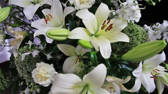 vidéos et rushes de un bouquet de vacances de luxe de grands lys blancs - composition florale