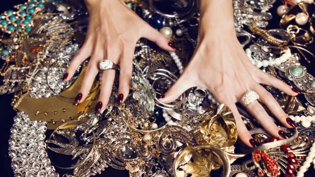 stockvideo's en b-roll-footage met luxe leven. ongelooflijke rijkdom. verborgen schatten. - halsketting