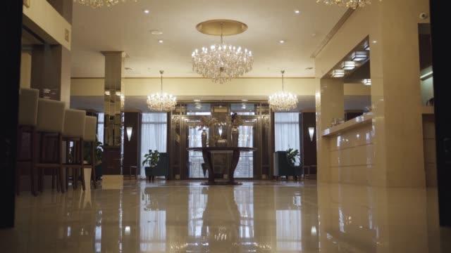 vidéos et rushes de zone de réception luxueuse dans un hôtel de grande classe. intérieur de la belle salle pour les clients riches. hébergement, tourisme, luxe, richesse. - hotel