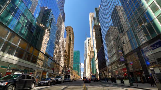 Luxus 42. Straße. New York. Modernes Firmengebäude. Reflation. Gras. Geschäftskonzept – Video