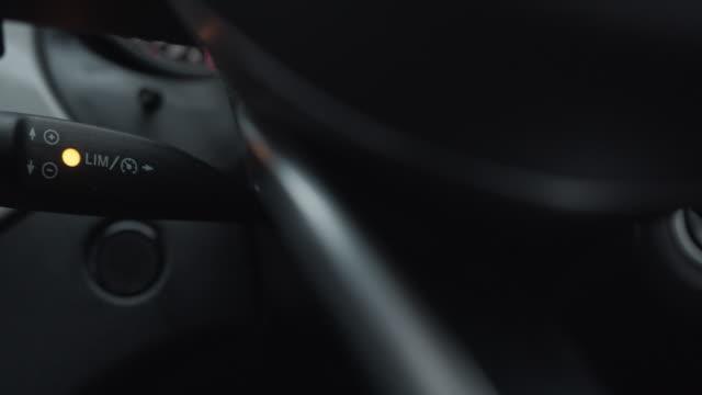 vídeos de stock, filmes e b-roll de controle de interior.speed de carro de luxo - controle