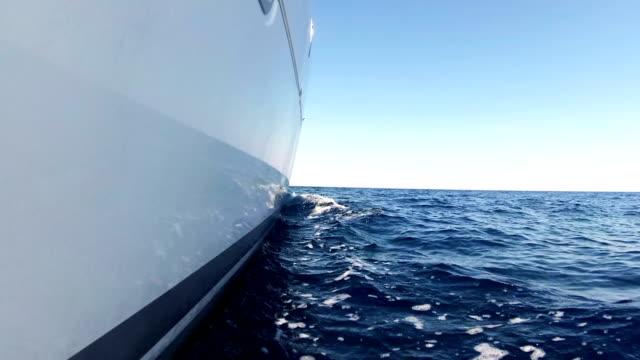 lyxig katamaran segling genom havsvågor. - skrov bildbanksvideor och videomaterial från bakom kulisserna