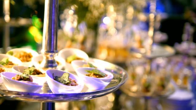 vidéos et rushes de aliments de restauration de luxe - banquet