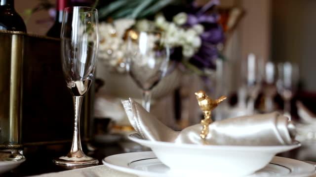 Luxe dishwares sur une table dans la salle de séjour, en temps réel. - Vidéo