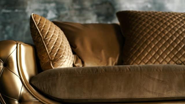 ロフトの背景に金色の高級ソファ - 革点の映像素材/bロール