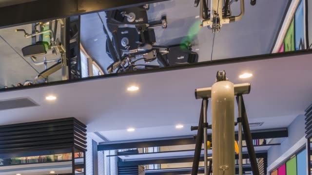 stockvideo's en b-roll-footage met luxe sportschool center - fitnessapparaat