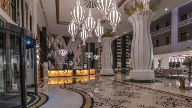 lüks otel lobisinde - avize aydınlatma ürünleri stok videoları ve detay görüntü çekimi
