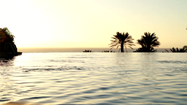 ラグジュアリーホテルのプールの夕暮れ - ヴィラ点の映像素材/bロール