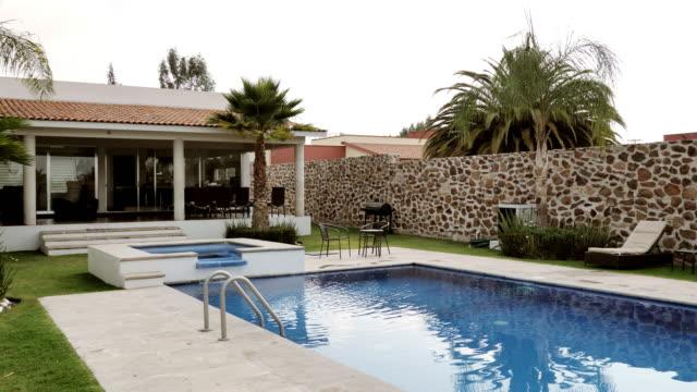 stockvideo's en b-roll-footage met luxe huis met zwembad-eigendom in latijns-amerika - garden house