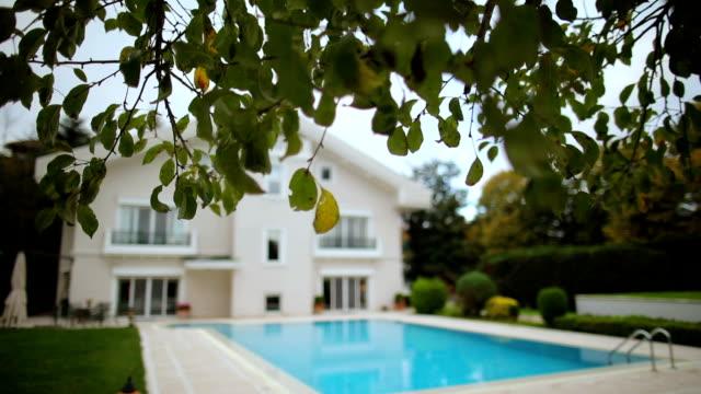 vídeos y material grabado en eventos de stock de casa de lujo con piscina - fondo inmobiliario - backyard pool