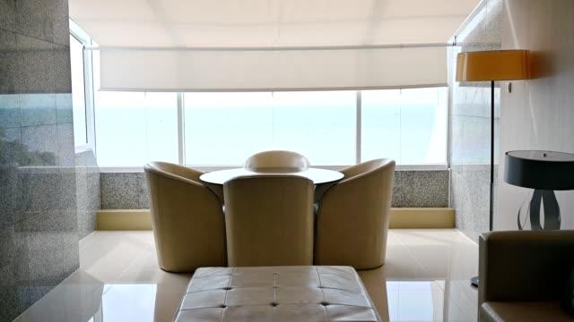 海の景色を望むリビングルームの豪華なインテリア - 別荘点の映像素材/bロール