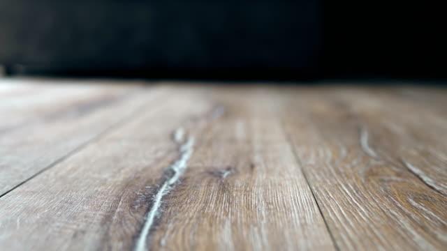 lyxlaminatgolv med trätextur med naturligt mönster - golv bildbanksvideor och videomaterial från bakom kulisserna