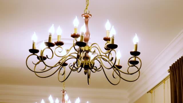 vídeos de stock e filmes b-roll de luxury large chandelier hanging in the wealthy house. 4k - enfeitado