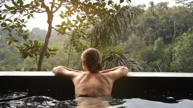vídeos y material grabado en eventos de stock de vida de lujo en piscina infinita - turismo vacaciones