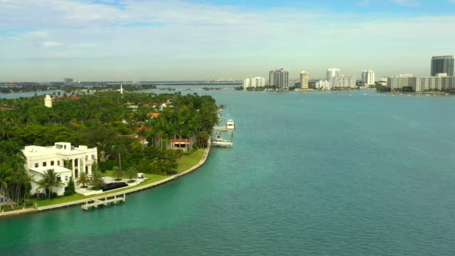 vídeos de stock e filmes b-roll de luxury mansions in miami beach florida - mansão imponente