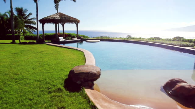 luxus-immobilien hinterhof pool mit meerblick - gefreiter stock-videos und b-roll-filmmaterial