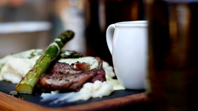 vídeos de stock, filmes e b-roll de alimento de jantar fino do restaurante luxuoso - antepasto